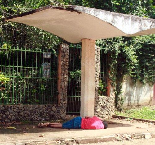 """Viciado em """"merla"""" delira em plena luz do dia, numa parada de ônibus da Estrada de Sto Antônio, em Porto Velho. foto: B.Bertagna"""