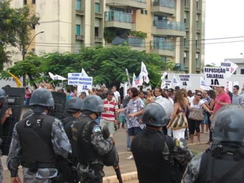 Empunhando armas de grosso calibre, bombas e granadas, os policiais cercaram o prédio do Tribunal de Contas e tentaram impedir a manifestação dos trabalhadores em educação.