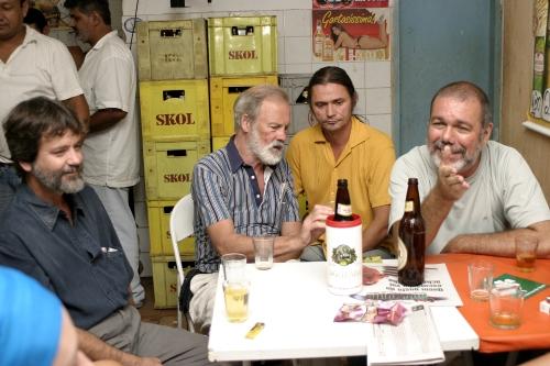 Adrian Cowell ( de camisa listrada) ao lado de Vicente Rios, seu companheiro eterno, Rudney Prado (camisa amarela) e Beto Bertagna, trocando idéias num buteco ao lado do cine Veneza.