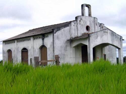 Fica à beira de uma das estradas que ligam os municípios de Rondônia ? Seria a falta de fiéis o motivo do abandono? Que lugar é este ?