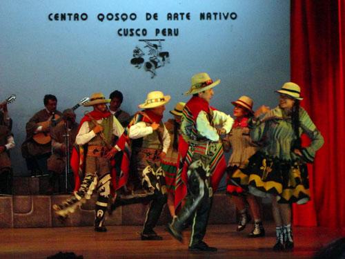 Música andina e dança cusqueña no Centro Qosco, na Av. El Sol. Espetáculos diferentes todos os dias por volta de 18 hs (se informe). O ingresso custa 25 soles per capita, se você não tiver o boleto turístico. foto:Z. Santos