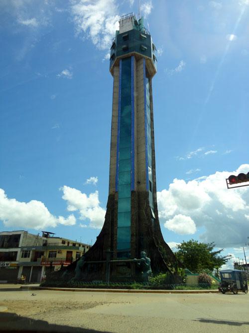 Puerto Maldonado. Um obelisco? Uma torre ? Uma escultura ? foto: Z.Santos