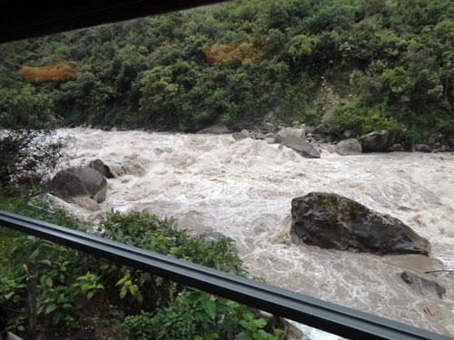 Paisagem da janela do carro de passageiros da Inca Rail.