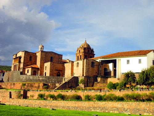 Vista diurna do Convento Dominicano e do sítio arqueológico de Oricancha