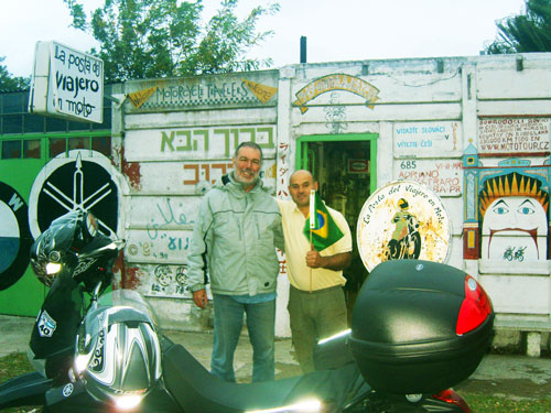 """Jorge, um figuraço internacionalmente conhecido do """"La Posta del Viajero en Moto"""", recebendo todo mundo de braços abertos"""